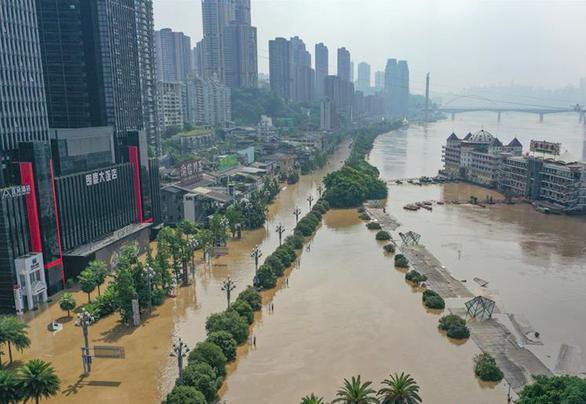 Biển người tràn ngập khu Triều Thiên Môn của Trùng Khánh để coi... nước lũ - Ảnh 1.