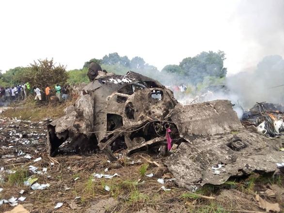 Máy bay rơi bốc cháy gần khu dân cư, người dân chạy ra nhặt tiền - Ảnh 1.