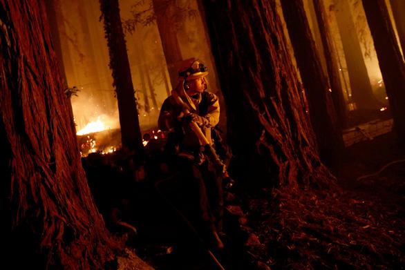 6 người chết, 700 công trình bị thiêu rụi vì cháy rừng tại California - Ảnh 1.