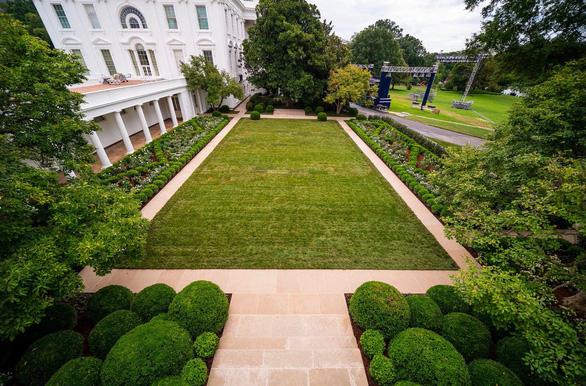 Vườn hồng Nhà Trắng của bà Melania Trump bị chê buồn chán - Ảnh 3.