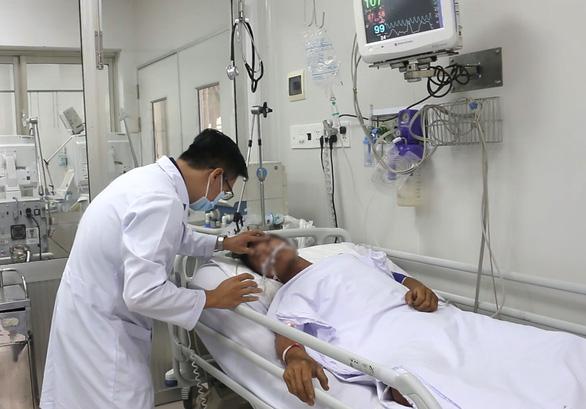 Người cha bắt rắn hổ mang chúa bị biến chứng suy đa cơ quan, bệnh viện dồn lực cứu chữa - Ảnh 1.