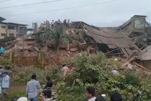 Ít nhất 90 người mắc kẹt khi chung cư 5 tầng ở Ấn Độ đổ sập - Ảnh 2.