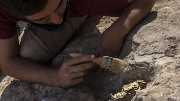 Tìm thấy kho tiền vàng nguyên chất 1.100 năm tuổi cực quý hiếm - Ảnh 5.