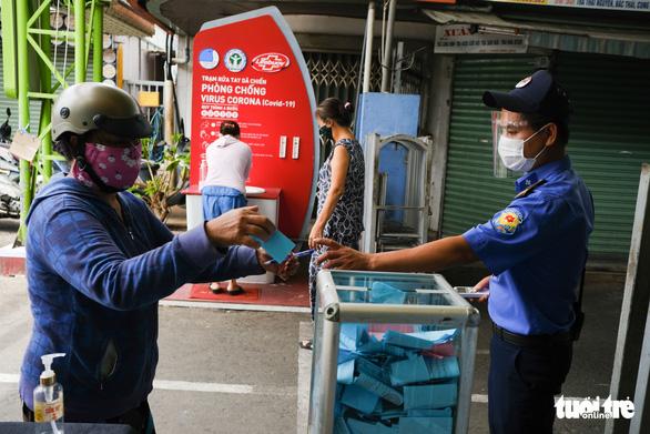 Đà Nẵng phát phiếu đi chợ thêm 15 ngày - Ảnh 1.