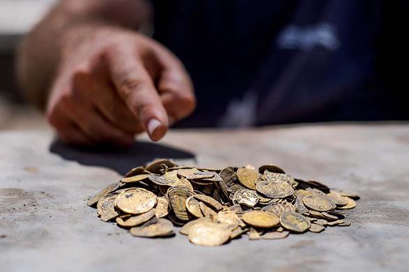 Tìm thấy kho tiền vàng nguyên chất 1.100 năm tuổi cực quý hiếm - Ảnh 1.