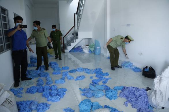 Tạm giữ hàng chục tấn găng tay, áo chống dịch qua sử dụng tại phòng trọ - Ảnh 1.