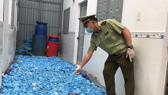 Tạm giữ hàng chục tấn găng tay, áo chống dịch qua sử dụng tại phòng trọ - Ảnh 3.