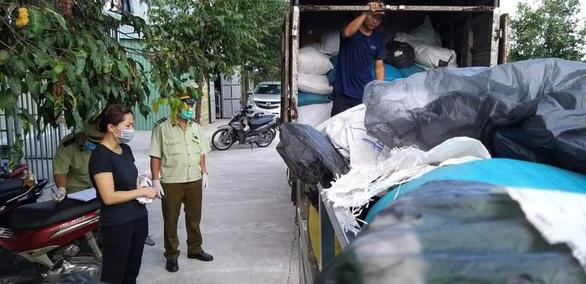 Tạm giữ hàng chục tấn găng tay, áo chống dịch qua sử dụng tại phòng trọ - Ảnh 4.