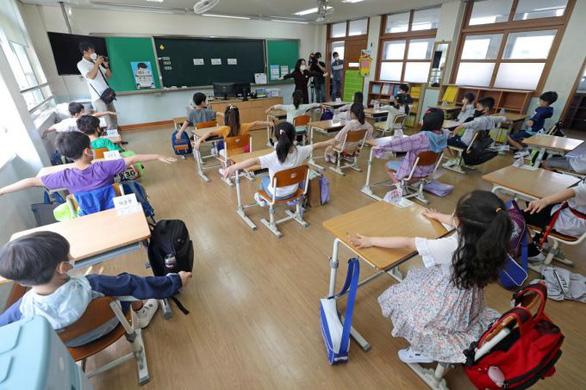 Hàn Quốc tái đóng cửa trường học vì số ca COVID-19 tăng đột biến - Ảnh 1.