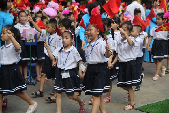 Hà Nội: Học sinh không diễu hành từ cổng vào trường trong khai giảng - Ảnh 1.