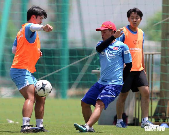 HLV Park Hang Seo cười tít mắt khi coi cộng sự đá bóng - Ảnh 4.