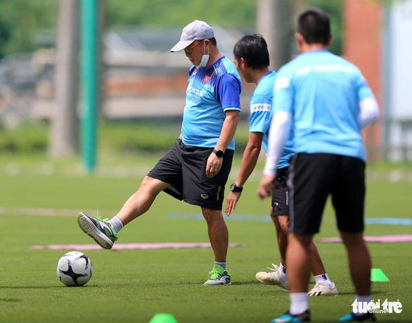 HLV Park Hang Seo cười tít mắt khi coi cộng sự đá bóng - Ảnh 2.