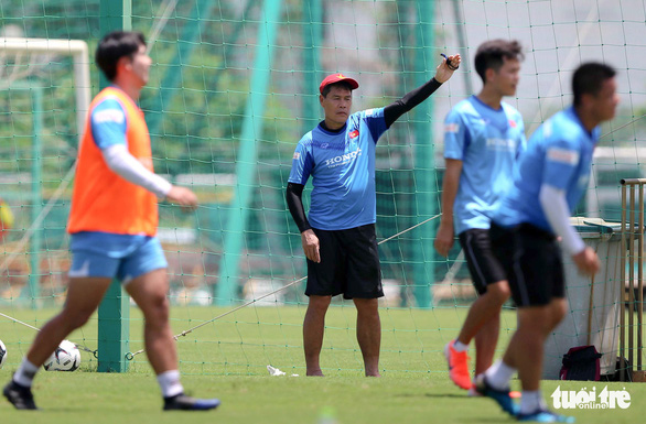 HLV Park Hang Seo cười tít mắt khi coi cộng sự đá bóng - Ảnh 1.