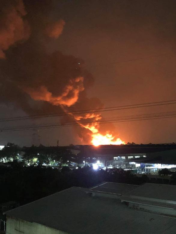 Cháy đỏ trời trong Khu công nghiệp Tân Tạo - Ảnh 3.
