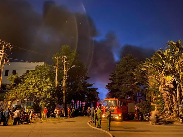 Cháy đỏ trời trong Khu công nghiệp Tân Tạo - Ảnh 5.