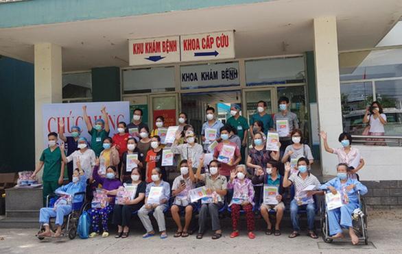 31 bệnh nhân COVID-19 xuất viện cùng lúc tại Đà Nẵng - Ảnh 1.