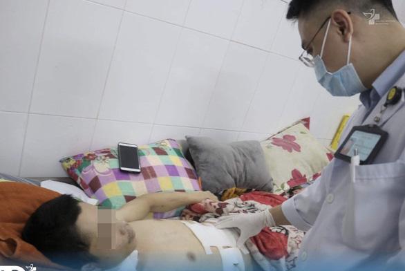 Kích hoạt báo động đỏ nội viện, cứu sống người đàn ông bị đâm lòi ruột - Ảnh 1.