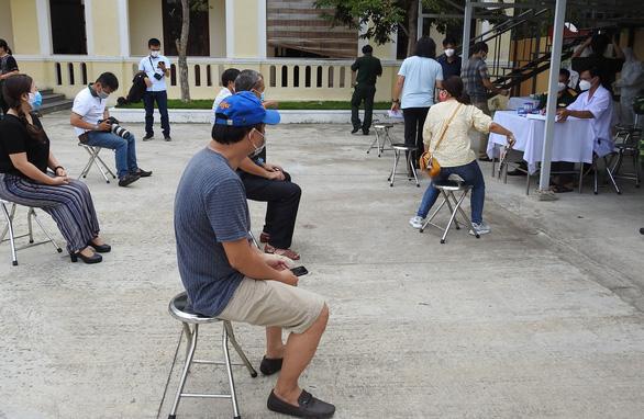 Từ 17h ngày 27-8, Đà Nẵng dừng tiếp nhận người mắc kẹt vì COVID-19 trở về nơi cư trú - Ảnh 1.
