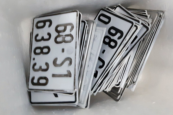 Bắt khẩn cấp hai nghi can làm giả giấy tờ, bằng cấp, biển số xe - Ảnh 3.