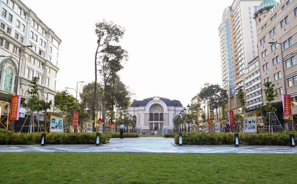 Khánh thành công viên trước Nhà hát TP.HCM, khai mạc ảnh mừng Quốc khánh - Ảnh 1.
