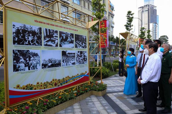Khánh thành công viên trước Nhà hát TP.HCM, khai mạc ảnh mừng Quốc khánh - Ảnh 3.