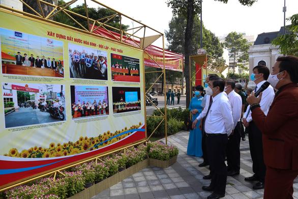Khánh thành công viên trước Nhà hát TP.HCM, khai mạc ảnh mừng Quốc khánh - Ảnh 4.