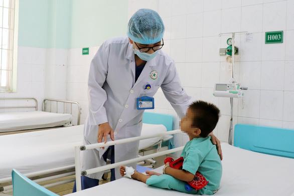 2 bệnh nhi vỡ gan tại Đồng Nai do ngã từ xe máy và xe ba gác đè bụng - Ảnh 1.
