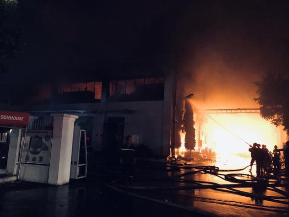 Cháy đỏ trời trong Khu công nghiệp Tân Tạo - Ảnh 1.