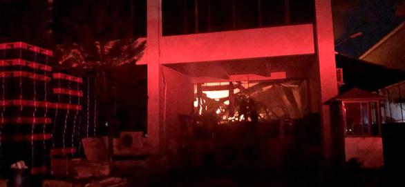 Cháy đỏ trời trong Khu công nghiệp Tân Tạo - Ảnh 2.