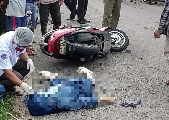 Tiếng nổ lớn phát ra từ đống rác cháy bên đường, một phụ nữ tử vong - Ảnh 2.