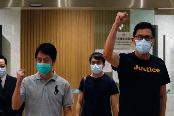 Hai nhà lập pháp Hong Kong liên quan biểu tình được tại ngoại - Ảnh 1.