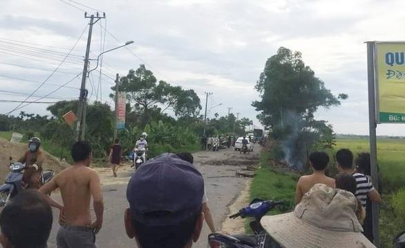Tiếng nổ lớn phát ra từ đống rác cháy bên đường, một phụ nữ tử vong - Ảnh 1.