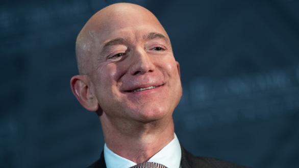 Nhà sáng lập Amazon thành người giàu nhất thế giới với tài sản cá nhân 200 tỉ USD - Ảnh 1.