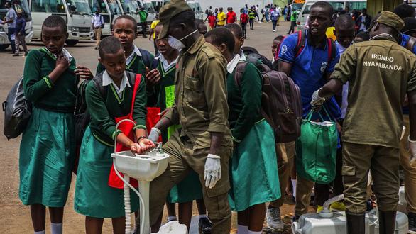 Vắc xin COVID-19: Khó còn cửa cho các nước nghèo? - Ảnh 2.