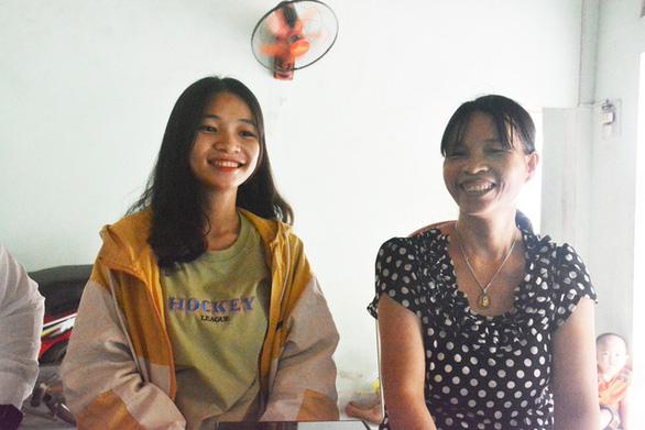 Hai nữ sinh đạt điểm 10 môn văn, sử: Tự học là chính - Ảnh 3.