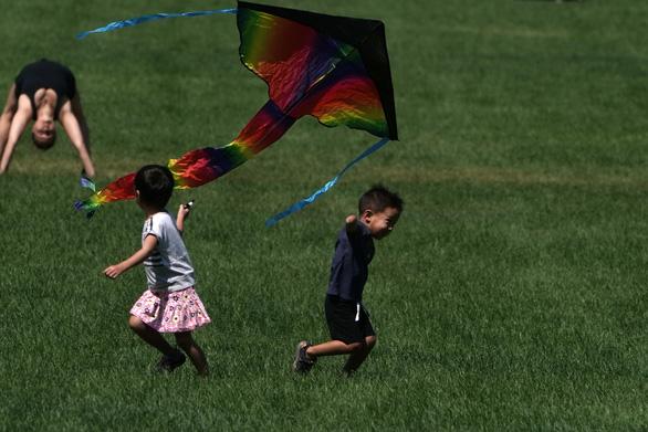 Chỉ 2 tuần, thêm 70.000 trẻ em Mỹ mắc COVID-19 - Ảnh 1.