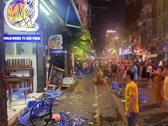 Xe công an phường lao vào người đi đường, hàng quán ở phố Tây Bùi Viện - Ảnh 2.