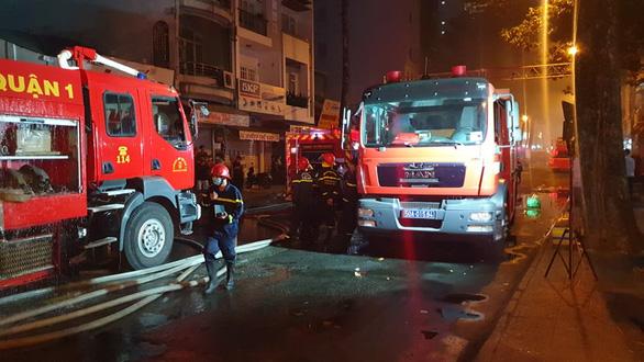 Khói mù trời từ căn nhà bị cháy trong hẻm đường Nguyễn Công Trứ, quận 1 - Ảnh 5.