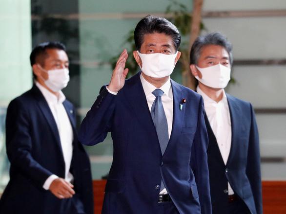 Trong mùa dịch, Thủ tướng Abe đã làm việc 5 tháng liên tục - Ảnh 1.