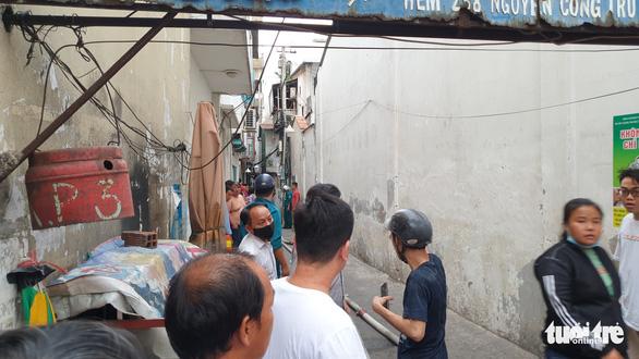 Khói mù trời từ căn nhà bị cháy trong hẻm đường Nguyễn Công Trứ, quận 1 - Ảnh 4.