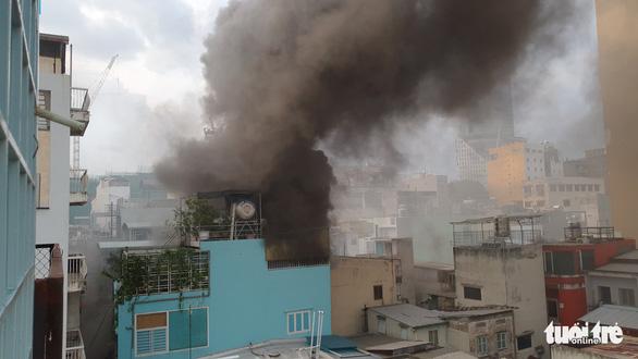Khói mù trời từ căn nhà bị cháy trong hẻm đường Nguyễn Công Trứ, quận 1 - Ảnh 3.