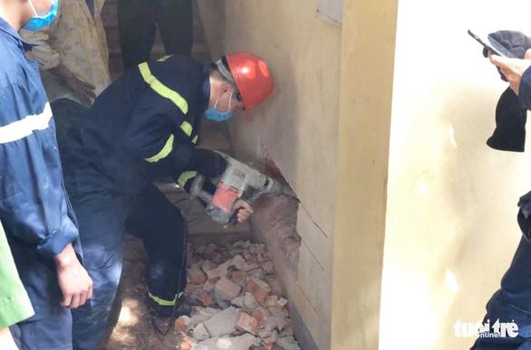 20 chiến sĩ cứu người đàn ông mất tích kẹt giữa 2 vách tường hẹp - Ảnh 1.