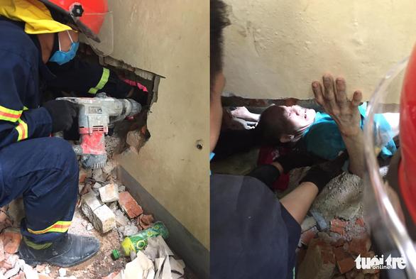 20 chiến sĩ cứu người đàn ông mất tích kẹt giữa 2 vách tường hẹp - Ảnh 2.