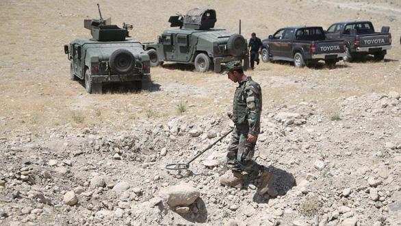 Xe chở dân làng đi chợ cán trúng mìn, ít nhất 13 người chết thảm thương - Ảnh 1.