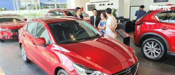 Giá tính lệ phí trước bạ ôtô: giảm cho xe trong nước, tăng với xe nhập ngoại - Ảnh 1.