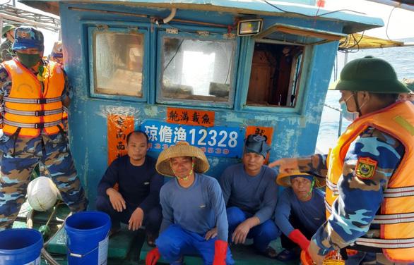 Tàu cá Trung Quốc vào đánh bắt trái phép ở vùng biển gần đảo Cồn Cỏ - Ảnh 1.