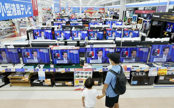 Trong mùa dịch, Thủ tướng Abe đã làm việc 5 tháng liên tục - Ảnh 2.