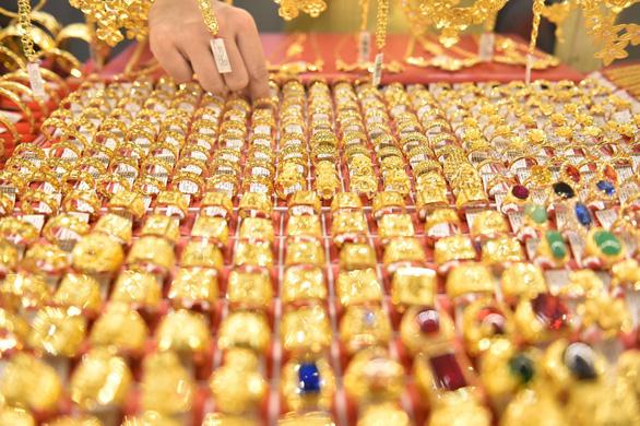 Giá vàng lao dốc xuống sát ngưỡng 1.900 USD/ounce - Ảnh 1.