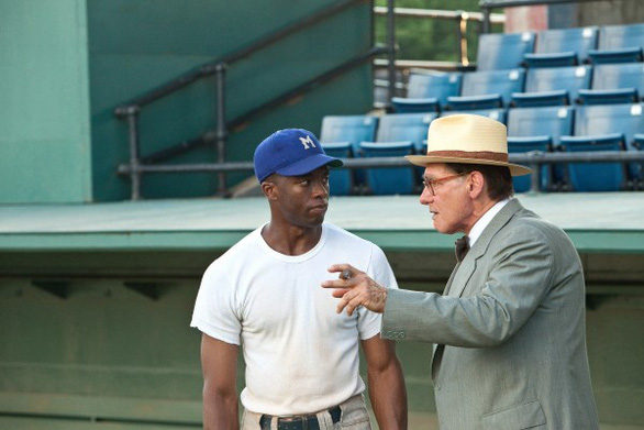 Chadwick Boseman (trái) và Harrison Ford (phải) trong bộ phim 42 - Ảnh: Collider
