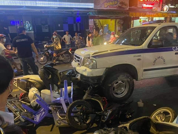 Vụ xe công an phường lao vào hàng quán: bảo vệ dân phố tự ý lái và kẹt chân ga - Ảnh 2.